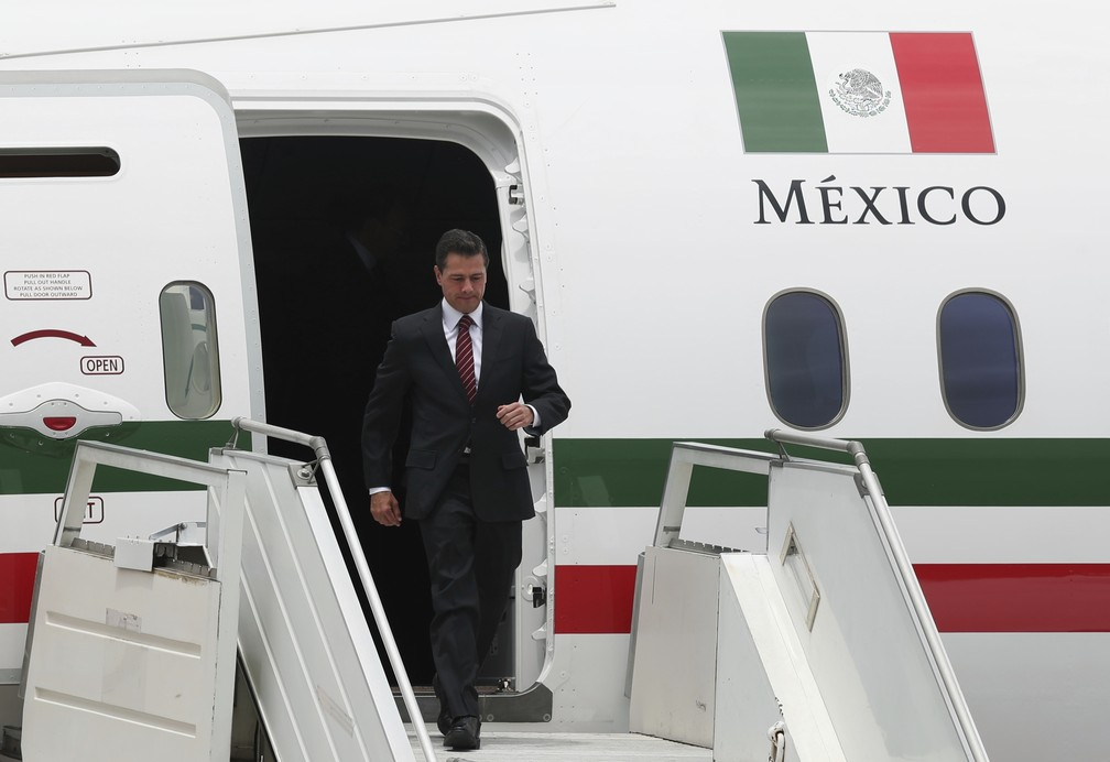 Ex-presidente mexicano Enrique Peña Nieto desembarca para a reunião do G20 em Buenos Aires — Foto: Martin Mejia/AP Photo