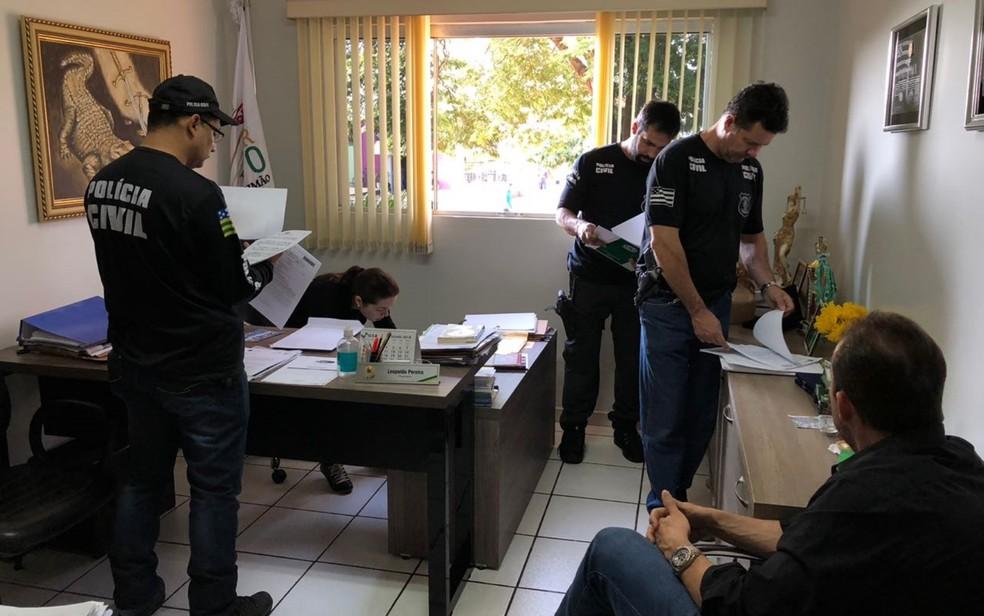 Polícia cumpre mandados em gabinete de verador de São Simão (Foto: Divulgação/Polícia Civil)