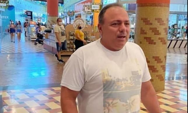 O ex-ministro Eduardo Pazuello passeia sem máscara em shopping de Manaus