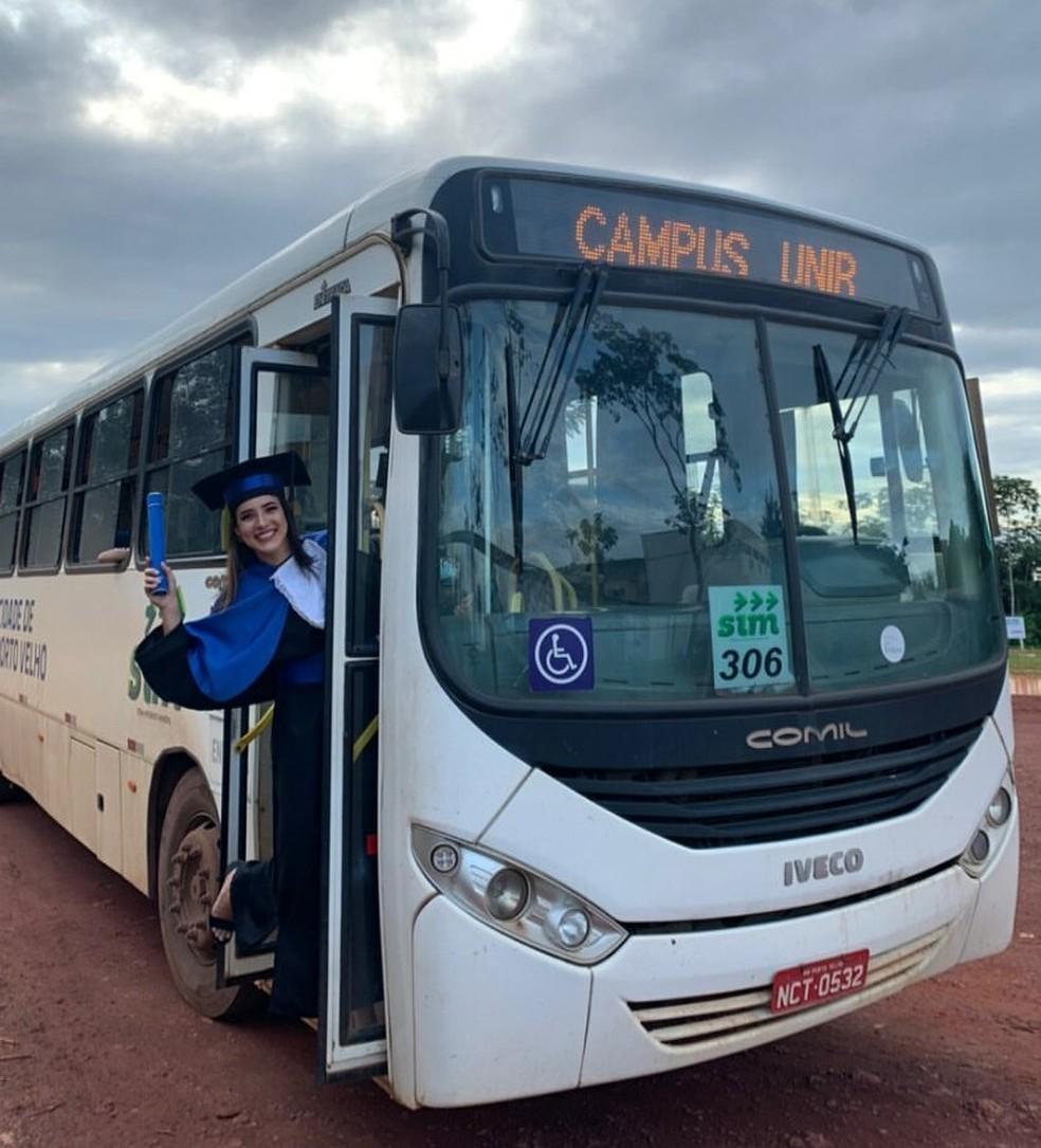 """Dentro do ônibus com a linha """"Campus Unir"""" a psicóloga diz ter feito amigos de vários outros cursos — Foto: Esthela Bianchini / Arquivo pessoal"""
