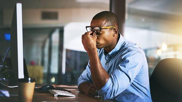 Pesquisadores dizem que o mito de que dormir menos de cinco horas é saudável é um dos mais prejudiciais à saúde (Foto: Getty Images/BBC)