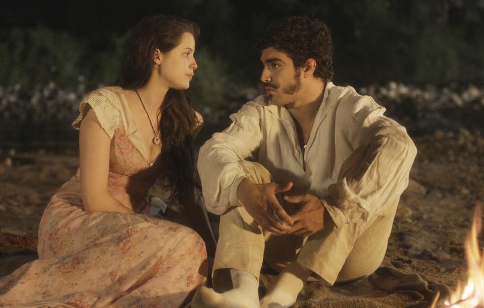 Dom Pedro (Caio Castro) e Domitila (Agatha Moreira) conversam e se acertam, em 'Novo Mundo' — Foto: TV Globo
