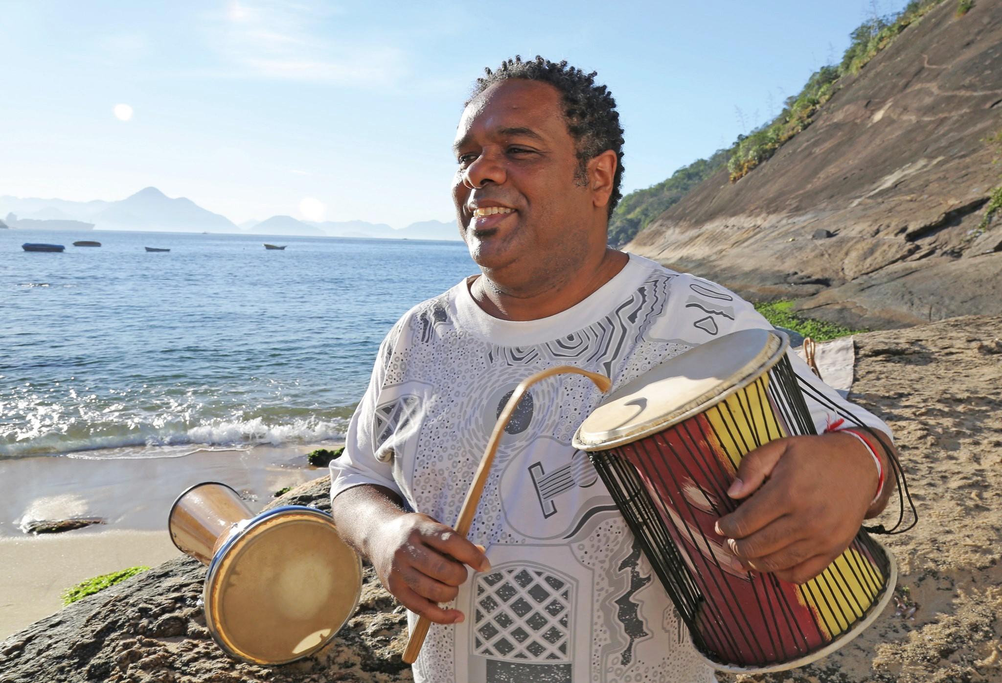 PC Castilho saúda 'Iara' e 'Rainha dos maracatus' na correnteza do EP 'Tambor do mar'