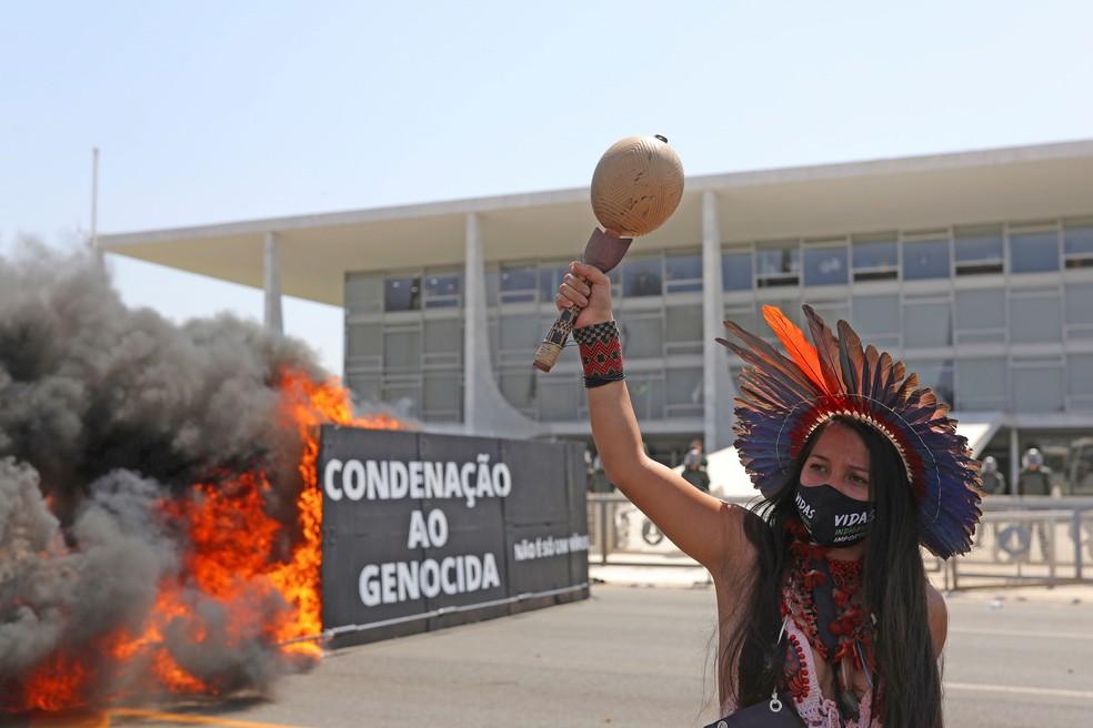 Indígenas protestaram contra o marco temporal e o garimpo em frente ao Palácio do Planalto — Foto: Amanda Perobelli/Reuters