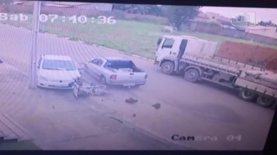 Idoso morre após ter bicicleta atingida por carro e ser arremessado contra poste; vídeo
