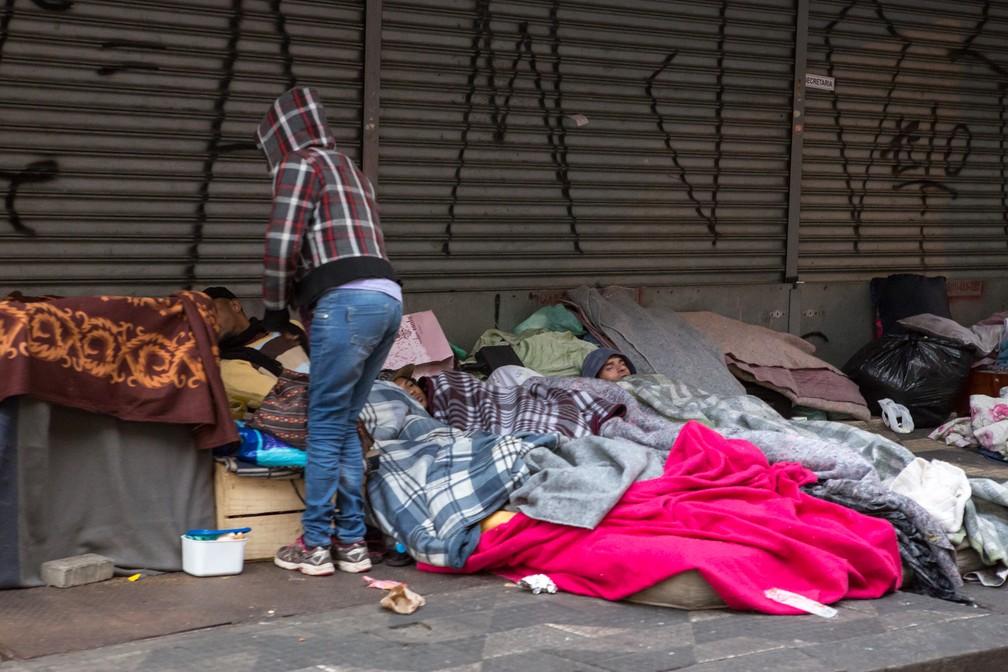 Moradores de rua dorme com cobertas na Praça da Sé (Foto: Celso Tavares/G1)
