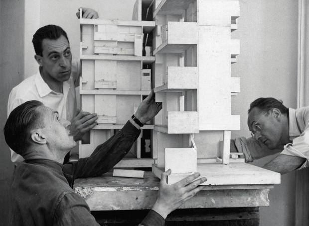 Os irmãos Achille, Pier Giacomo e Livio Castiglioni em 1948 (Foto: Fondazione Achille Castiglioni/Reprodução)