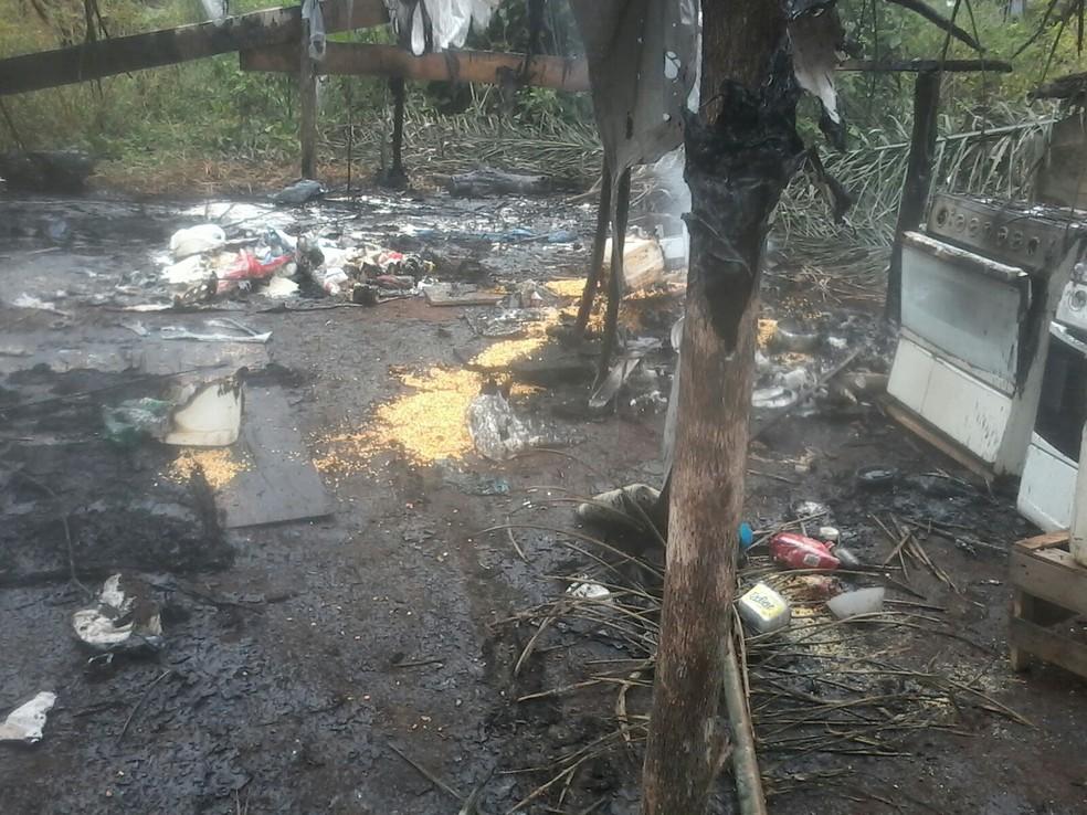 Famílias que ocupavam fazenda em Novo Mundo (MT) foram retiradas e tiveram materiais incendiados (Foto: Arquivo pessoal)