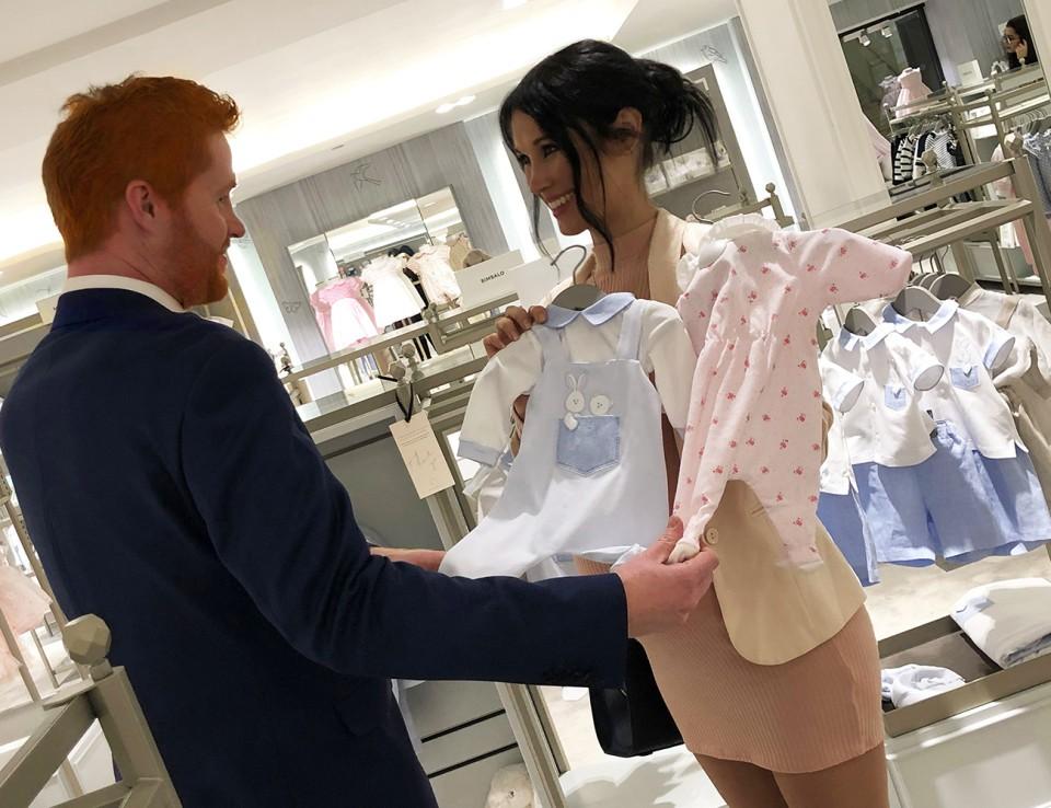 """O """"casal"""" escolhendo roupas para o enxoval (Foto: Reprodução/ Alison Jackson)"""