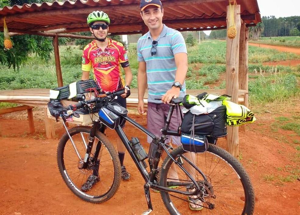 0f6d632af ... Ciclista resolveu levar a cachorrinha junto em viagem de 300km de  bicicleta de Campo Grande até