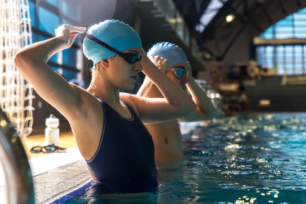 Com a alimentação certa, é só colocar os óculos e cair na piscina para nadar (Foto: Istock)