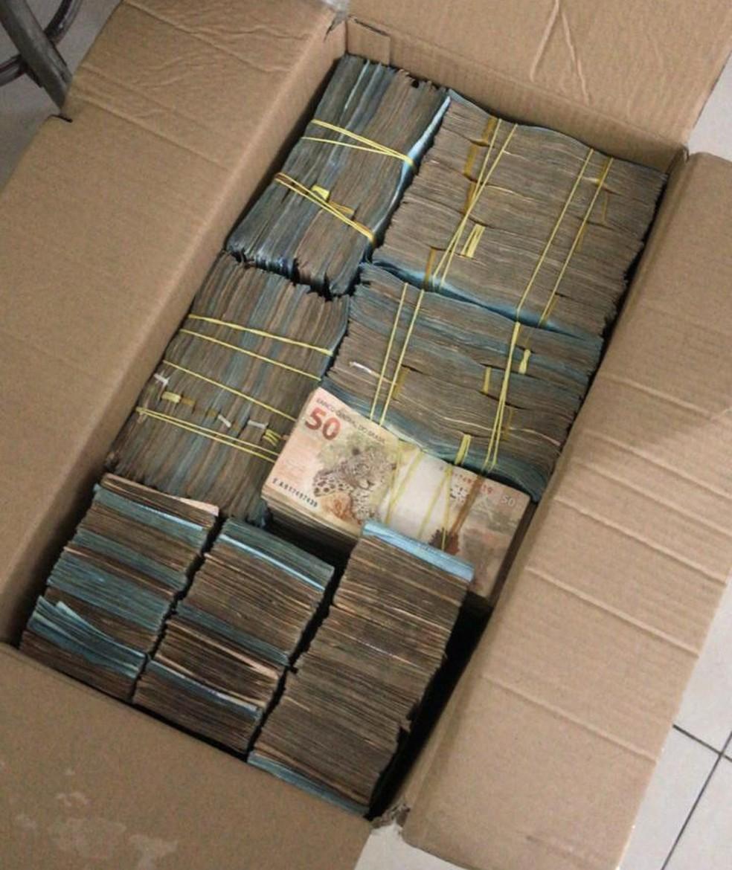 PF apreendeu grande quantia de dinheiro que estava escondida em caixas, sacos e cofrinhos — Foto: Polícia Federal/Divulgação