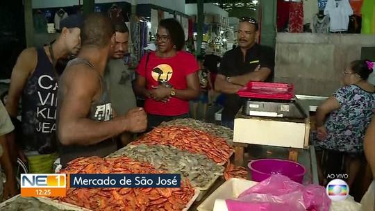 Consumidores vão a mercado no Recife para comprar peixe para o almoço de Páscoa