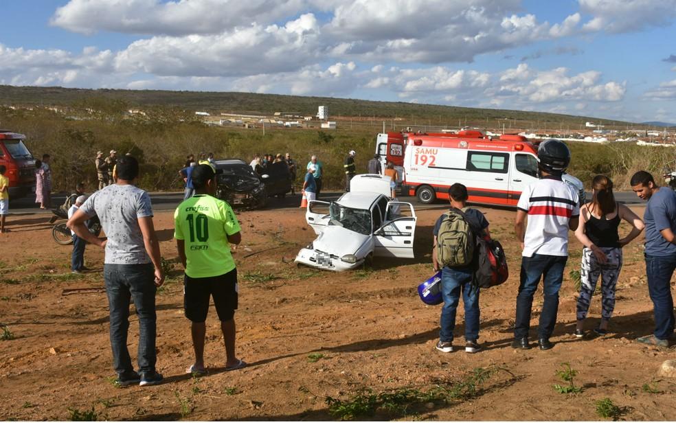 Acidente com carro e caminhonete mata idosa e deixa quatro feridos na Bahia — Foto: Anderson Oliveira/Blog do Anderson