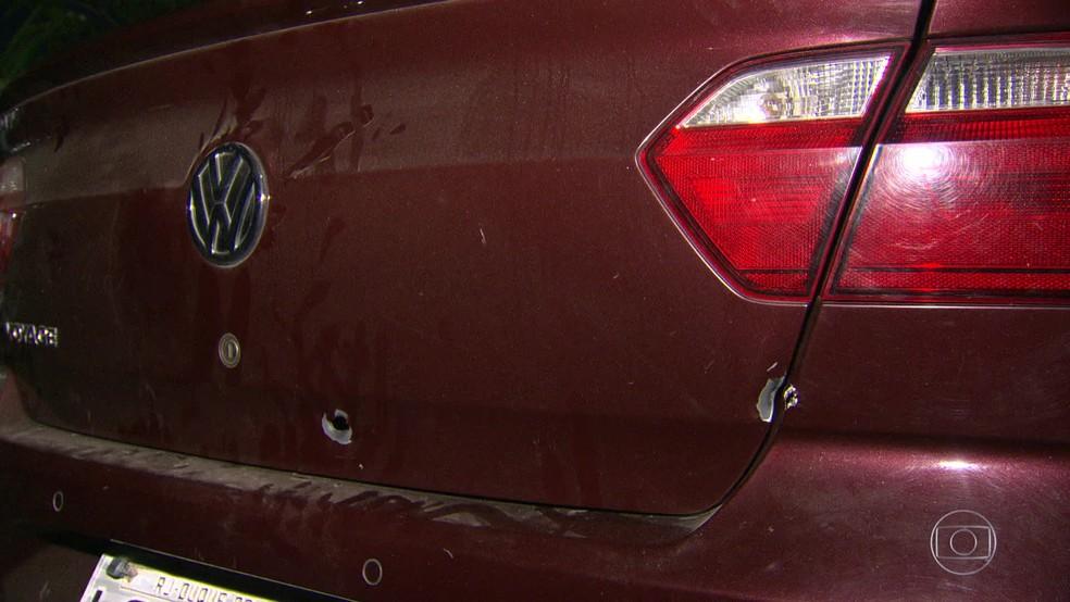 Carro do pai do menino foi atingido por tiro (Foto: Reprodução/ TV Globo)