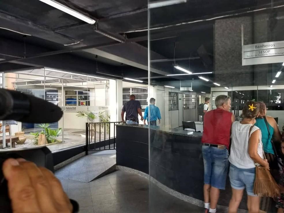 Homem suspeito de espancar o filho teve o mandado de prisão expedido pela Justiça — Foto: Cléber Rodrigues/Inter TV RJ
