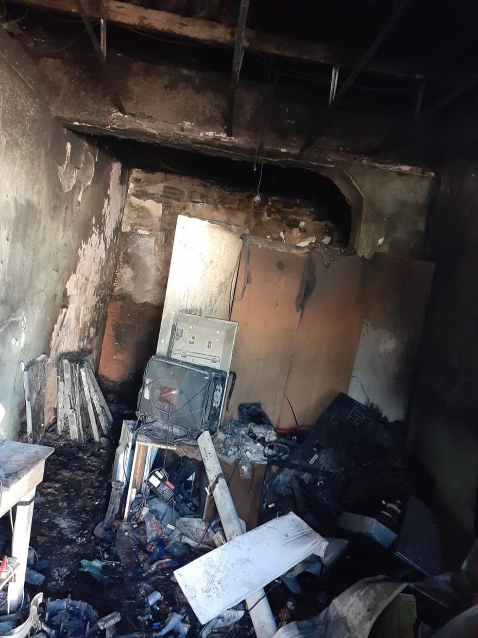 A casa ficou destruída após o incêndio registrado nesta quarta (22), no Bairro Antônio Bezerra, em Fortaleza — Foto: Divulgação/PMCE
