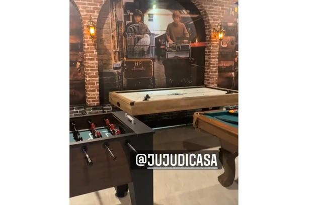 Salão de jogo nas casa em que Anitta está hospedada em Orlando (Foto: Reprodução)