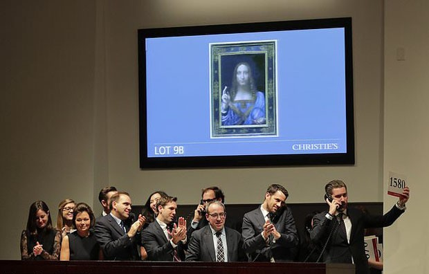 """FILE- In this Wednesday, Nov. 15, 2017 file photo, bidding representatives react after Leonardo da Vinci's """"Salvator Mundi"""" sold for dollars 450 million at Christie's, in New York.  Abu Dhabi's Department of Culture and Tourism announced Wednesday June  (Foto: AP)"""