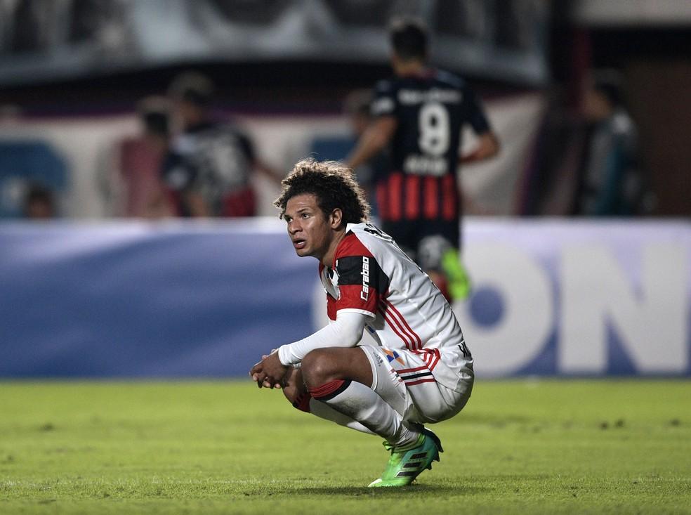 Arão desolado em campo após a eliminação diante do San Lorenzo em 2017 — Foto: JUAN MABROMATA / AFP