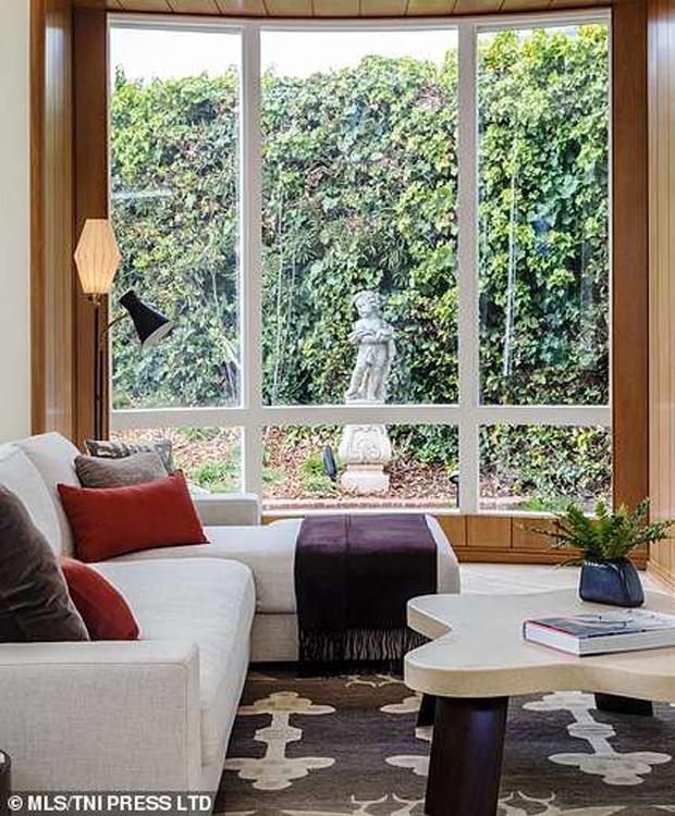 O jardim que cerca a casa é o elemento chave para trazer a natureza para dentro de casa com muito estilo (Foto: MLS/ Reprodução)