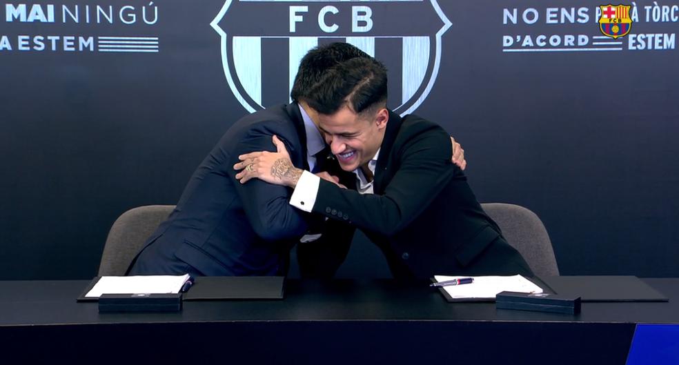 Philippe Coutinho abraça Josep Maria Bartomeu, presidente do Barça (Foto: Reprodução)