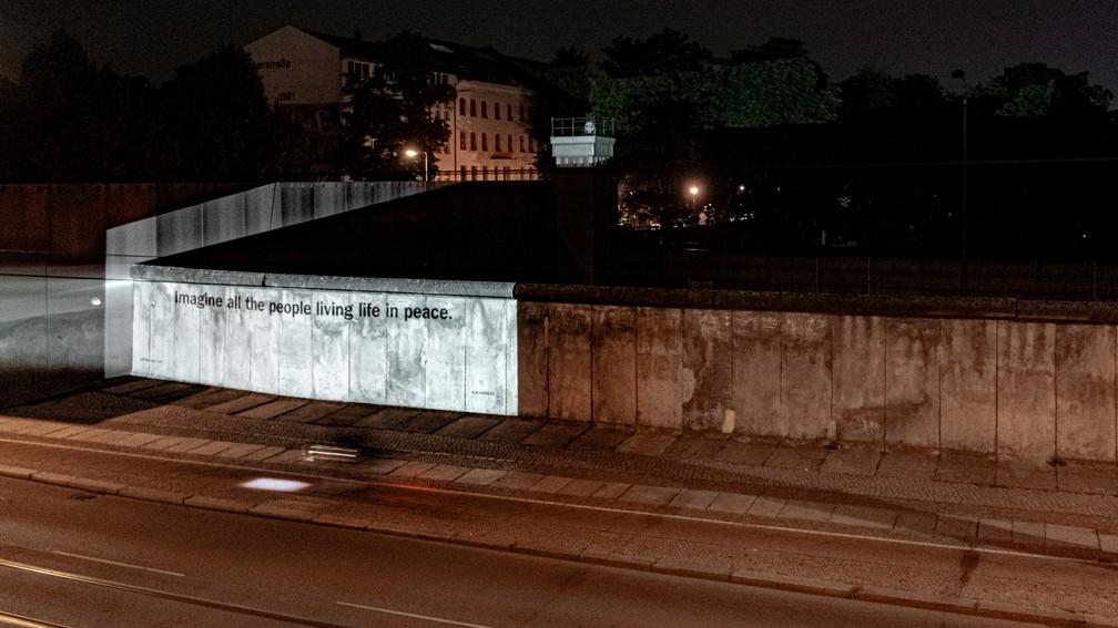 """Trecho de """"Imagine"""" é projetado nas ruas de Berlim em celebração aos 50 anos de lançamento da música — Foto: Universal Music Group/Divulgação via REUTERS"""