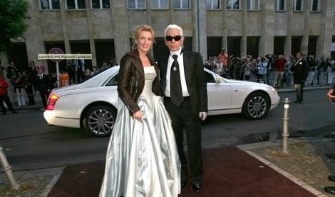Maybach Landaulet ao fundo da imagem com Karl Lagerfeld em primeiro plano (Foto: Reprodução)