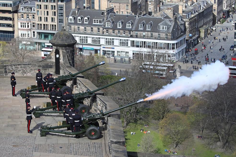 Salva de tiros de canhão em Edimburgo, na Escócia, homenageou o príncipe Philip — Foto: Reuters/Andrew Milligan
