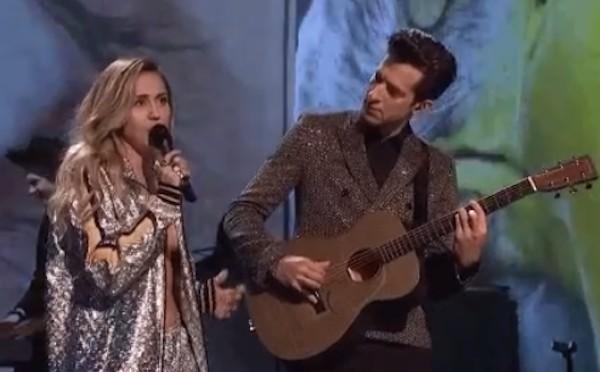Miley Cyrus com Mark Ronson durante a participação da cantora no Saturday Night Live (Foto: Reprodução)
