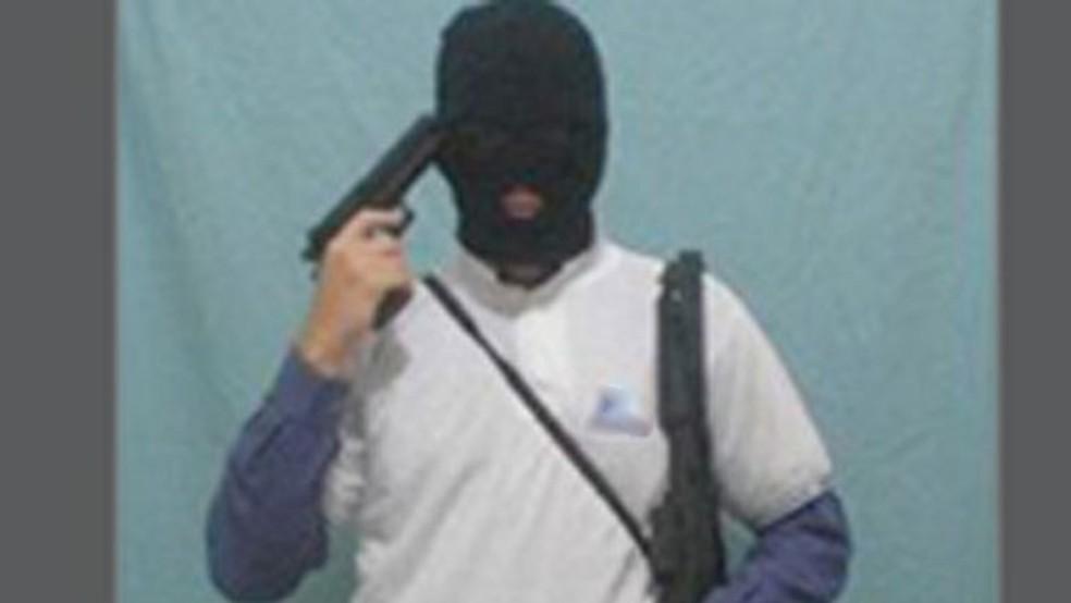 Ex-aluno de colégio particular de João Pessoa postou foto armado em rede social, em 2007 — Foto: Orkut/Reprodução