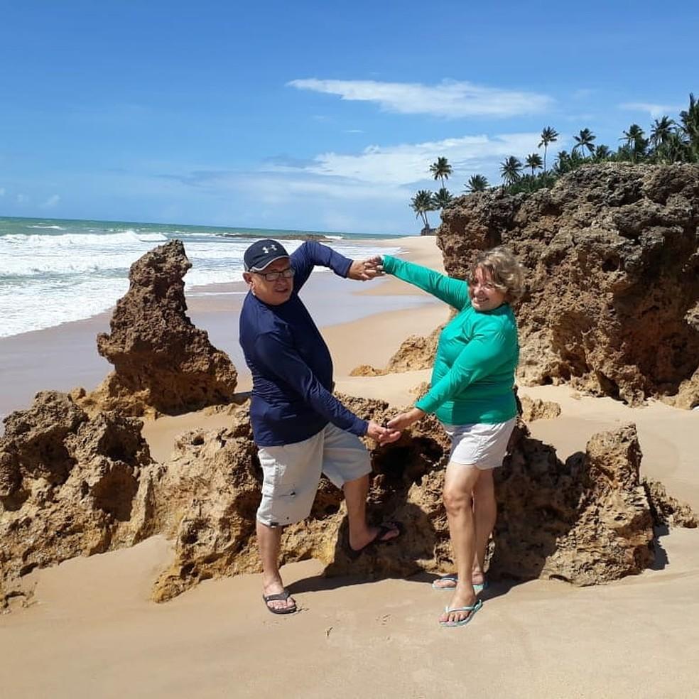 Francisca Vieira Lima e José Ariston Nogueira de Lima, na praia, durante viagem — Foto: Arquivo pessoal