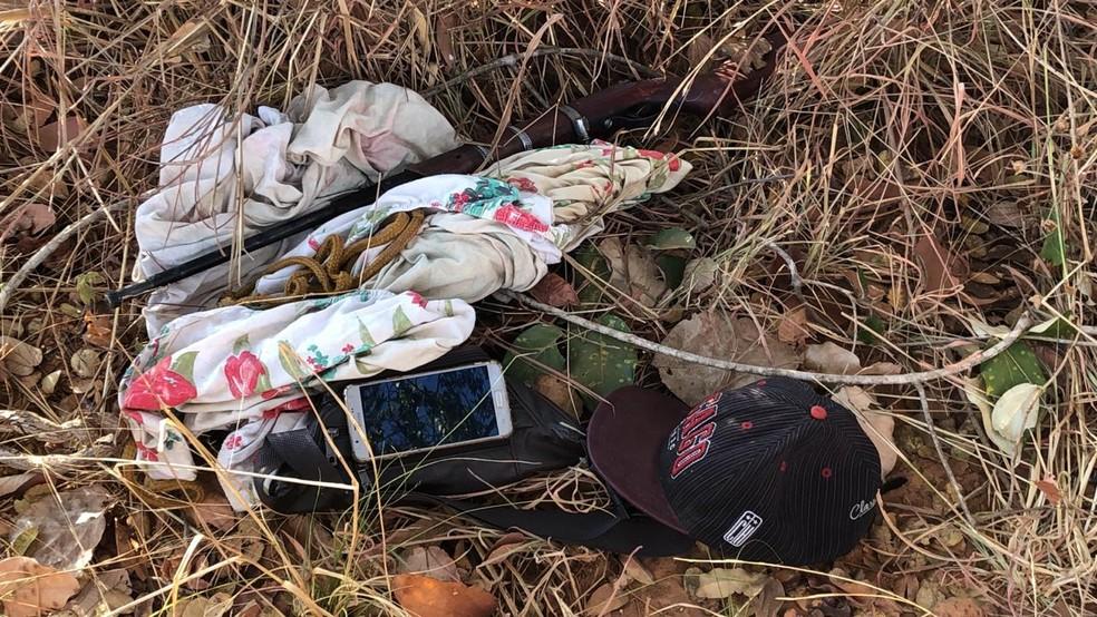 Armas utilizadas para matar mulher foram encontradas próximo do corpo do homem — Foto: Polícia Militar/Divulgação