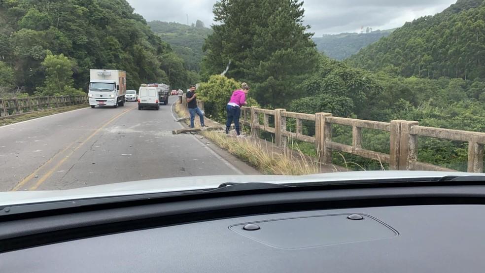 Carro caiu da ponte na ERS-446 entre São Vendelino e Carlos Barbosa — Foto: Márcio Machado Barcelos
