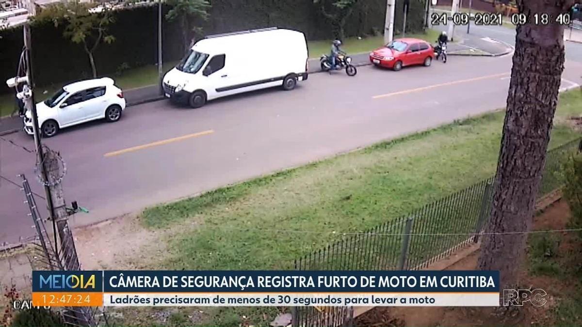 Câmera de segurança registra roubo de moto em rua de Curitiba; VÍDEO