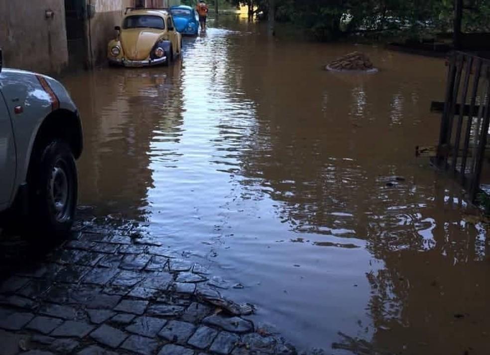 Rio Itabapoana transbordou na madrugada deste sábado (29) — Foto: Divulgação/Defesa Civil