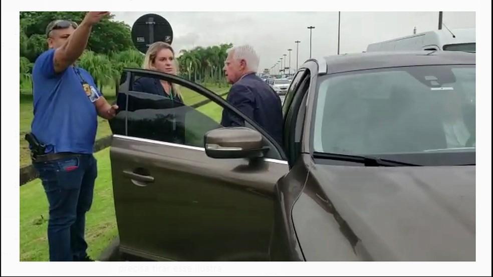 Momento em que o ex-ministro Moreira Franco é preso no Rio — Foto: Reprodução/TV Globo