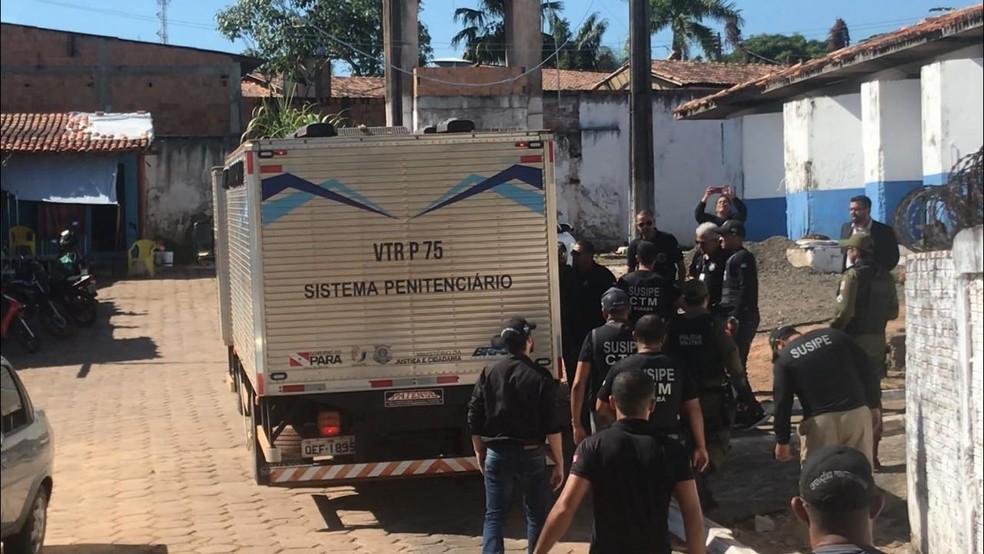 Presos de Altamira estavam sendo transferidos dentro de caminhão — Foto: Adriano Baracho / TV Liberal
