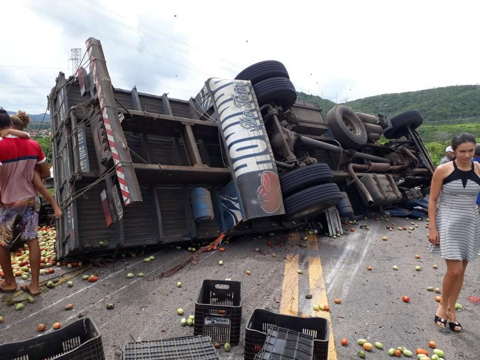 Caminhão carregado com tomates tombou na BR-226 na manhã desta quinta-feira (3) (Foto: Eliel Macedo )