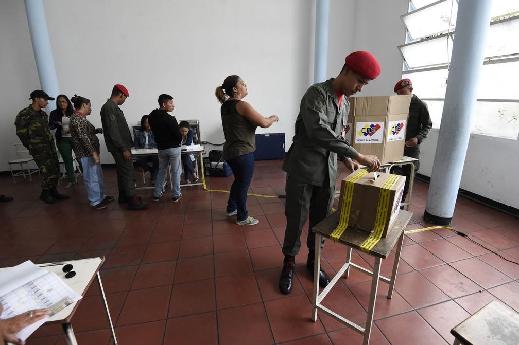 Membros da guarda presidencial de Nicolás Maduro votam neste domingo (20) em Caracas  (Foto: Juan Barreto/AFP)