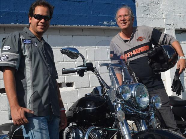 Carlos Augusto Araújo e Carlos Araújo; pai e filho unidos pelas motocicletas (Foto: Clayton Castelani/ G1)