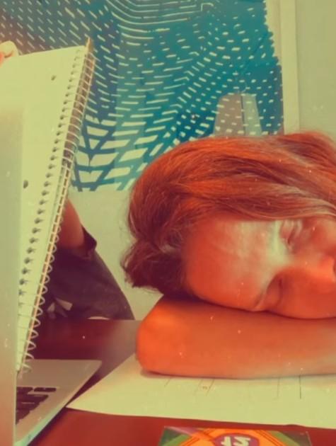 Fernanda Rodrigues aparece cansada durante aulas on-line do filho (Foto: Reprodução)