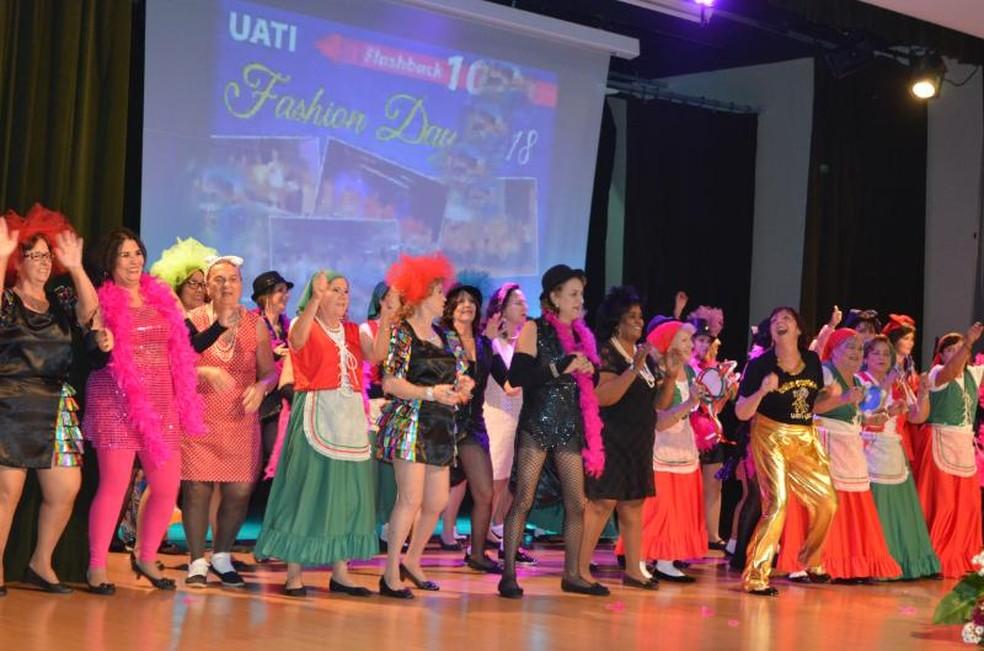 Evento tem como objetivo resgatar a autoestima dos estudantes da terceira idade que frequentam o curso de universidade em Bauru  — Foto: USC/Divulgação