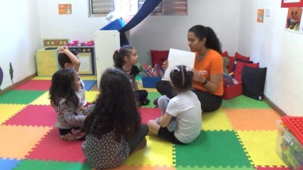Crianças atendidas em negócio social iniciado em SP; estímulos recebidos na primeira infância têm impacto até a vida adulta (Foto: ARQUIVO PESSOAL/ via BBC)