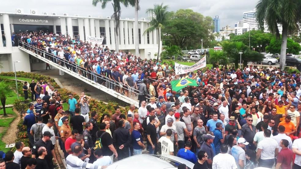 Por reajuste salarial, pagamento de folhas atrasadas e recomposição de efetivo, policiais e bombeiros militares do RN realizam protesto no Centro Administrativo do Estado — Foto: Ednaldo Lima/Inter TV Cabugi