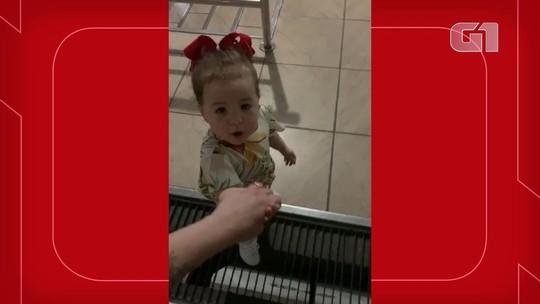 Menina de 2 anos ajuda pais com deficiência a andar e usar celular