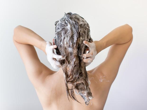 Nova forma de aplicar o condicionador intensivo: antes da lavagem dos fios (Foto: ThinkStock)