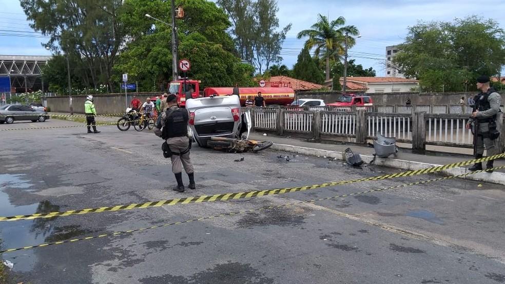 Carro capotou após bater em moto, no bairro de Tambauzinho, em João Pessoa, neste sábado (21) — Foto: Danilo Alves/TV Cabo Branco