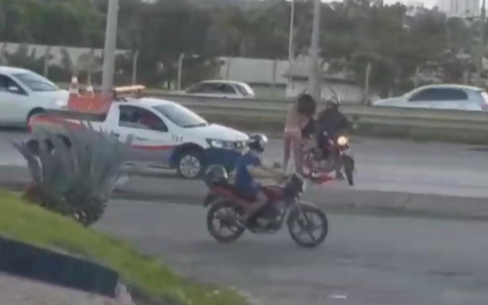 Momento em que travesti que andava pela BR-153 recebe um chute de um motociclista que passava na via em Goiânia Goiás — Foto: Reprodução/TV Anhanguera
