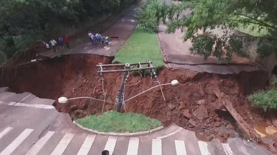 Após quase 8 meses, prefeitura de Assis fecha cratera em avenida e libera tráfego